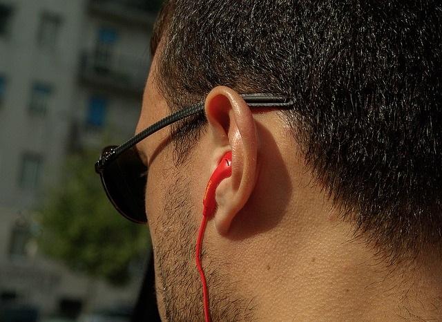 aparaty słuchowe staną się modne? – coraz mniej osób wstydzi się swojego niedosłuchu