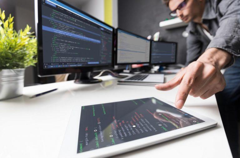 Od czego zależą zarobki programisty?