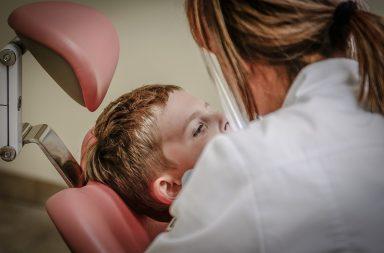 Kiedy pierwszy raz pójść do ortodonty z dzieckiem? Jak wybrać ortodontę dla dziecka? Sprawdzamy lekarzy w Warszawie