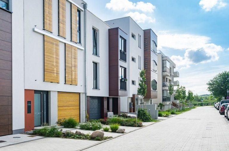 Dom poza centrum miasta – dlaczego warto?