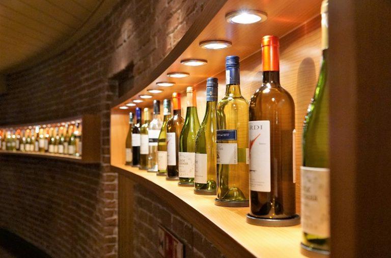 Sklep z winami kontra stoiska w marketach