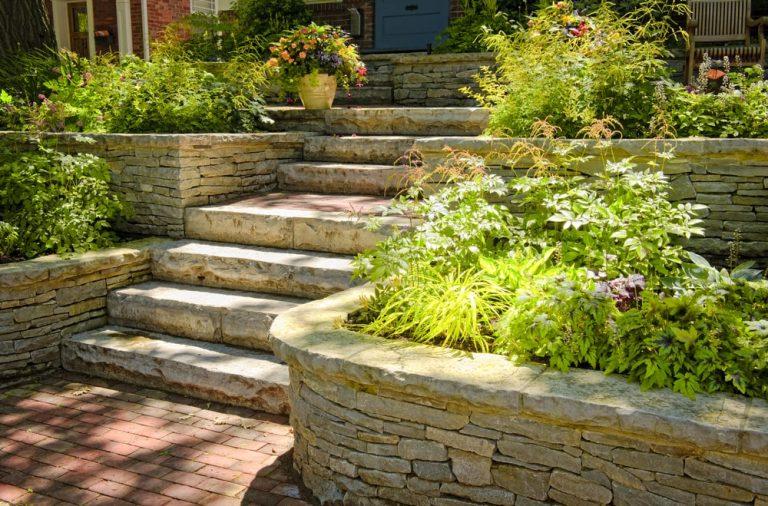 Jak dbac o kamienne elementy w ogrodzie