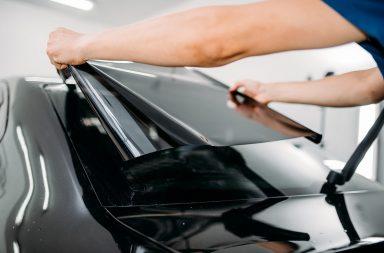 Przyciemnianie szyb pojazdów cieszy się coraz większą popularnością. Dzięki tej formie tuningu auto lepiej się prezentuje, wyróżnia się spośród innych pojazdów na drodze i nabiera sportowego charakteru. Jakie są zalety i wady przyciemniania szyb? Co na ten temat mówią przepisy?